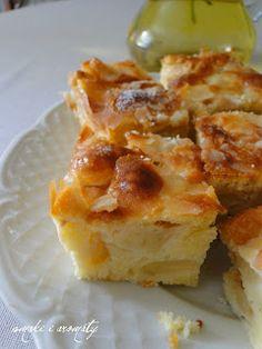 Lubicie wilgotne ciasta? Jeśli tak, to to na pewno będzie Wam smakowało. Ciasto jest 'napakowane' kawałkami jabłek tak mocno, że konsy...