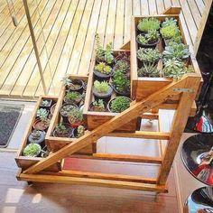 Trazer a natureza para dentro de casa é tudo de bom! Um jeito de fazer isso é criar uma hortinha usando caixotes de madeira. Para esta…