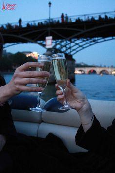 Un diner aux chandelles sur la Seine. Alcoholic Drinks, Inspiration, Wine, Paris, Gold, Candlelight Dinner, Biblical Inspiration, Montmartre Paris, Liquor Drinks