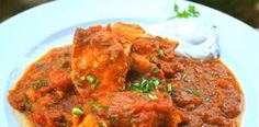 A Portuguese Pork dish cooked in red wine and garlic made it to India in the century and became the delicious, spiced up: Vindaloo. Chicken Vindaloo Recipe, Biryani Recipe, Samosas, Good Healthy Recipes, Vegetarian Recipes, Madras Recipes, Spicy Dishes, Indian Food Recipes, Juicing