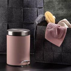 De Classic pedaalemmer van Zone heeft een mooie vormgeving met een rustige uitstraling. Door de inhoud van drie liter is de prullenbak perfect voor in de badkamer of het toilet. Bovendien heeft hij een stille sluiting en houd je hem makkelijk schoon!