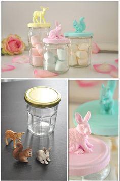 Auf den Deckel eines Marmeladenglas mit Sekundenkleber kleine Tieren aus dem Spielzeugladen kleben und mit Acrylfarbe bemalen. (gefunden auf leblogdecrouchette.wordpress.com)