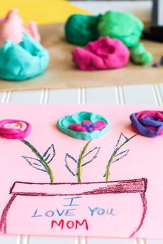 DIY Mother's Day Gift from Kids with Free Printable {Playdough Card} Diy Crafts For Kids, Crafts To Sell, Sell Diy, Kids Diy, Craft Tutorials, Craft Projects, Christmas Paper Plates, Diy And Crafts Sewing, Craft Wedding