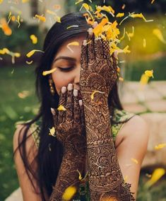 indian wedding Mehendi clicks Brides Must have on Mehendi Photography Mehendi Photography, Indian Wedding Couple Photography, Indian Wedding Photos, Indian Wedding Photographer, Bride Photography, Indian Photography, Indian Bridal, Wedding Pictures, Photography Flowers