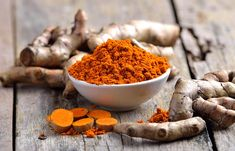 Spice lovers the world over are familiar with turmeric, a staple in tasty curries. What they may not realize is that they can use turmeric for pain relief. Turmeric Paste, Turmeric Milk, Tamarindo, What Is Turmeric, Getting Rid Of Scars, Ginger And Honey, Turmeric Smoothie, Spicy Dishes, Turmeric Health Benefits
