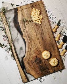 Diy Resin Wood Table, Epoxy Resin Wood, Resin Art, Wood Shop Projects, Small Wood Projects, Diy Resin Crafts, Crafts To Do, Wooden Chopping Boards, Cutting Boards