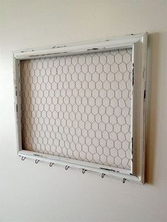 amazing DIY jewelry holder ideas to try out . - 15 amazing DIY jewelry holder ideas to try out amazing DIY jewelry holder ideas to try out . - 15 amazing DIY jewelry holder ideas to try out - attaching chicken wire to the back of a fr. Shabby Chic Kitchen, Shabby Chic Homes, Shabby Chic Decor, Chicken Wire Crafts, Chicken Wire Frame, Deco Champetre, Memo Boards, Creation Deco, Diy Jewelry Inspiration