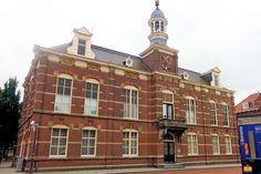 Deurne is een knooppunt van wegen. Op de markt komen zes straten uit. Daar werd het gemeentehuis gebouwd. In 1895 werd dat vervangen door het huidige magistrale raadhuis.