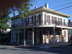 Preciosa casa tradicional de Nueva Orleans recién restaurada. Situada en el histórico barrio de Faubourg Marigny, el barrio más de moda de #NOLA. #NuevaOrleans #USA #roadtrip #intercambiodecasas