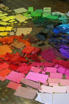 Un círculo cromático hecho de desechos. La basura nunca había sido tan bonita!!@L a Tinta Aragonesa