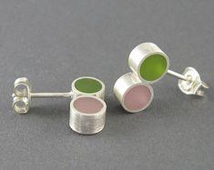 Zilver hars oorbellen, groen roze hars, moderne hars oorstekers, geborsteld zilver, unieke oorbellen