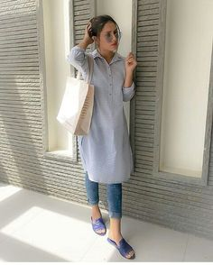 Kurti with jeans - Simple casual style Cute Casual Style Looks casualfashionstyle Indian Designer Outfits, Indian Outfits, Kurti With Jeans, Casual Indian Fashion, Trendy Outfits, Fashion Outfits, Fashion Fashion, Kurta Style, Kurta Designs Women