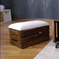 Comprar puff hecho a mano en Barcelona con caja de fruta antigua de madera y cojín acolchado para mayor comodidad. Decoración estilo rústico madera reciclada.
