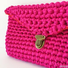 DIY Trapillo fucsia para un bolso de verano / Santa Pazienzia Crochet Clutch Bags, Crochet Pouch, Crochet Handbags, Modern Crochet, Love Crochet, Crochet Yarn, Cotton Cord, Yarn Bag, Diy Handbag