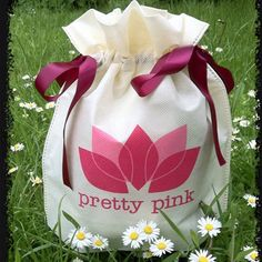 Gift wrapping Pretty In Pink, Drawstring Backpack, Lunch Box, Wraps, Gift Wrapping, Backpacks, Gifts, Shopping, Paper Wrapping