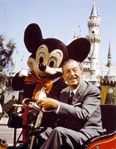 Filmproduzent Walt Disney in einem historischen Feuerwehrauto im Disneyland...
