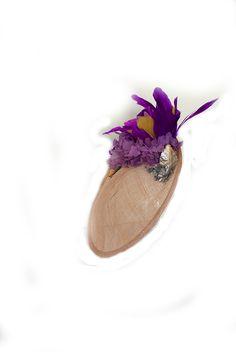 Tocado para un look de invitada en base color almendra claro y plumas en buganvilla y mostaza y flores preservadas en malva. Venta y Alquiler de tocados y accesorios en Cantuc.com -Inspiración invitada, invitada perfecta para boda de mañana o de dia Ballet Dance, Dance Shoes, Malva, Turbans, Fascinators, Crowns, Slippers, Hats, Color