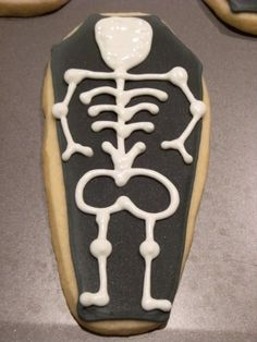 Creepy Coffin Cookies - Bake at Halloween Cookies Decorated, Halloween Treats, Decorated Cookies, Arm Bones, Neck Bones, Flood Icing, Halloween Coffin, Piping Icing, Cookie Decorating