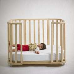 Nido´s crib in wood, turns into baby moses. Design by Valeria Tamayo