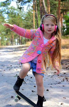 Marshmeloun... Svetr- kabátek je pletený z jemné,příjemné,nekousavéluxusní super nadýchané vlny s příměsí alpaky, (65%vlna, 35% alpaka) ručně barvené na objednání.. cena dle velikosti.. každý svetr je originál .... modelka : Amálka foto: Kamila Kočová