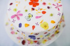 cake with edible flowers via designlovefest