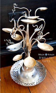 O--Amazing recycled silverware jewelry tree! Recycled Silverware, Silverware Jewelry, Spoon Jewelry, Recycled Crafts, Cutlery Art, Spoon Bracelet, Recycled Materials, Diy Projects To Try, Craft Projects