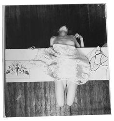 « Ces bricoles viennent de chez ma grand-mère, elles me font réfléchir à l'endroit où je pourrais bien me situer dans cette étrange géométrie du temps. » * C'est ainsi que Francesca Woodman décrit les objets représentés dans les photographies originales collées et sous-titrées de sa main, qui composent l'unique ouvrage publié de son vivant. En effet, quelques jours avant son suicide le 19 janvier 1981, son premier livre voit le jour : c'est un livre d'artiste édité à cinq cent exemplaires…