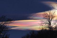 Iridescent Cloud, Colorado.  色鮮やかな「彩雲」の写真。成因は雲に含まれる水滴による日光の回折。  https://twitter.com/ogugeo/status/292759691216445440