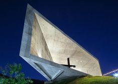"""Projectada pela """"  EMC Arquitectura """" a capela em forma de cunha está aberta em ambas as extremidades para maximizar a ventilação cruzada ..."""