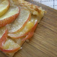 Æblekage er lækkert, og butterdej med æble slår helt sikkert ikke 'the real deal', men den er supernem at lave, og så smager butterdej og varme æbler jo bare generelt lækkert. Du skal bruge: 1 rulle butterdej 2-3 æbler 3 spsk. sukker 3 spsk. smør 1/2 dl. sirup 1 spsk. flormelis Sådan gør du: Rul …