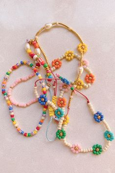 DIY Beaded Daisy Chain Bracelet - Honestly WTF - Honestly, is there anything happier than daisies? I was desperately needing a dose of happy over t - Cute Jewelry, Jewelry Crafts, Beaded Jewelry, Beaded Necklace, Beaded Bracelets, Seed Bead Bracelets Diy, Jewellery Diy, Bold Jewelry, Lace Earrings