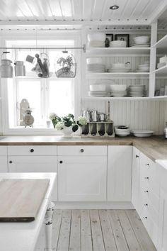 cuisine style campagne en blanc; étagères ouvertes, sol en planches de bois
