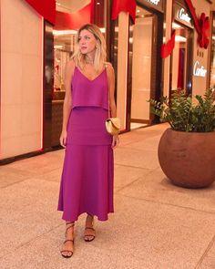 Feliz da vida em prestigiar amigas em um evento tão lindo da @cartier no @cidadejardimshopping. Encontrar amigas, ver joias lindas, icônicas e cheias de significado e ainda conhecer pessoas bacanas e interessantes, obrigada @listandco @patsyscarpa @belpimenta @gablesh pelo convite sempre delicioso. Meu look todo @bynv | Sandália que é quase uma joia @renecaovilla e postei link nos Stories 🎁 Pink Outfits, Skirt Outfits, Cute Summer Dresses, Elegant Outfit, Office Fashion, Looks Style, Hippie Style, Dress Codes, Casual Chic