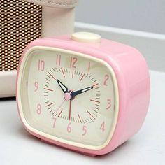To πιο ρετρο ρολοι-ξυπνητήρι σε ροζ απόχρωση για να ξυπνάτε με στυλ...vintage ! Διαστάσεις: 11x 6x 9cm