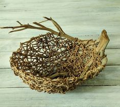 how to do bangalow palm baskets Twig Crafts, Nature Crafts, Garden Crafts, Garden Art, Diy And Crafts, Weaving Projects, Weaving Art, Willow Weaving, Basket Weaving
