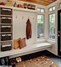 玄関に、ベンチを作ってくつろぎの広がる空間をつくりました。棚やベンチ下には収納もできて、とても使いやすくなっています。