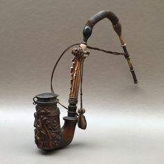 Fijn gesneden Beierse pijp met liefhebbers op een boerderij - Duitsland ca. 1860  Fijn gesneden Beierse pijpje met liefhebbers op een boerderij - Duitsland ca. 1860. De gravure op deze pijp is uitzonderlijk fijn en goed uitgevoerd.Uitstekende conditie kleine scheur in flexibele stam deel. Deze pijp is 40 cm. lang de pijp bowl is 8 cm. hoog.Neem een goede blik op de foto's die een deel van de beschrijving. Eventuele schade niet vermeld in de tekst maar zichtbaar in de foto's worden beschouwd…