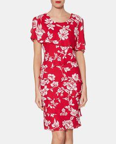 9bcad1f66b9 Vestido corto con capas en color rojo cereza con estampado floral. Tiene  manga corta