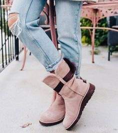 🔝Millennial Pink: Our NEW Color Crush ! Discover the most-wanted boots of the season New York Fashion, Runway Fashion, Fashion Models, Fashion Tips, Street Fashion, Snow Boots, Winter Boots, Uggs, Ugg Slippers