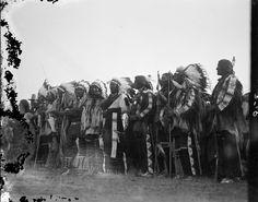 Группа мужчин в церемониальной одежде. Коллекция Richard Throssel. Дата: 1902-1933. Университет Вайоминга. American Heritage Center.
