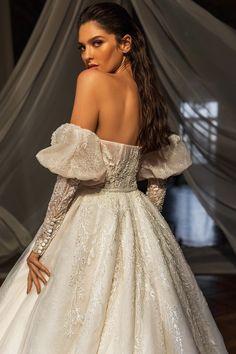 Εντυπωσιακο νυφικο σε αλφα γραμμη απο δαντελα κεντημενη. Νυφικα αθηνα Luxury Wedding Dress, Wedding Gowns, Bridal Collection, Couture Collection, Fantasy Gowns, Maid Dress, Bridal Boutique, Bridal Style, Bridal Dresses