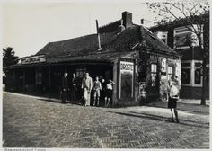 """Tekst Beeldbank: Het café ''Zomerlust"""" gesloopt in 1936 na gereedkomen van de huizen daarachter."""