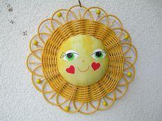 Sluníčko+3+Usměvavá+dekorace+do+dětského+pokoje,+na+dveře,+do+okna.+Sluníčko+je+upletené+z+pedigu+o+průměru+23+cm.+Obličej+je+z+bavlny.+Lze+zavěsit+za+poutko+nebo+za+paprsky. Paper Basket, Decorative Plates, Anna, Places, Home Decor, Newspaper Art, Wicker, Patterns, Decoration Home