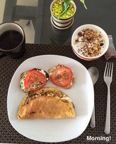Desayuno completo: omelette, brocheta con ricotta, aguacate y tomate, granola con yogurt descremado y café negro. Moderas las proporciones!