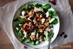 The combination of sweet and dry ingredients in this salad is an ideal combination for a good dinner.