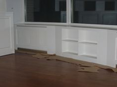 vensterbak en radiator en boekenkast