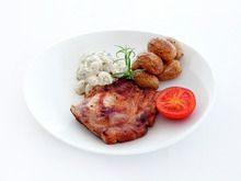 Koteletter med soppstuing, ovnsbakte poteter og tomat