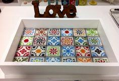 Bandeja feita de imitação azulejo Hidráulico no Armazém Divina Arte Atelier!!! Vendemos ou aceitamos encomenda.