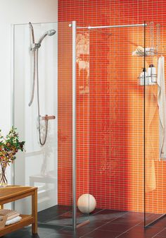 Hafa Cristal WS Klarglas Duschdörr. Walk in shower - en helt ny typ av duschlösning utan dörr. Bara att gå in och ut, här skärmar istället en av glasväggarna av duschytan. Stora glasytor gör duschen lätt att rengöra.