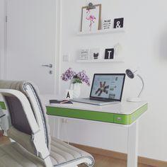 Wir testen gerade den neuen Schreibtisch T7 von Moll, den sowohl Eltern als auch Kinder nutzen können, denn er ist in der Höhe per Knopfdruck zu variieren. Großartig! Mehr dazu auf http://moll-funktion.com/produkt/moll-t7/